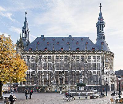 Aachener Rathaus im Herbst / Blick vom Marktplatz