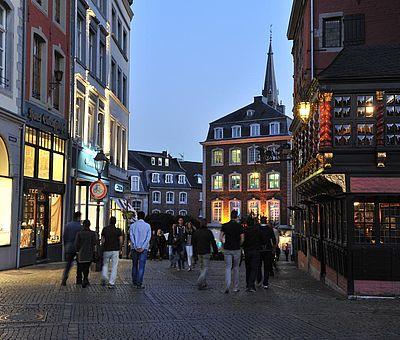 Aachener Markt bei Nacht / Blick auf die Krämergasse