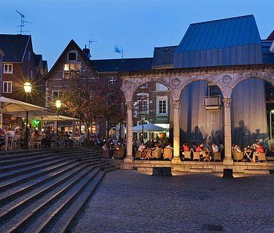 Römischer Portikus Hof Aachen am Abend