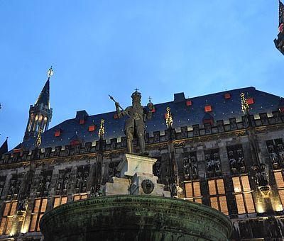 Aachener Rathaus mit Karlsbrunnen