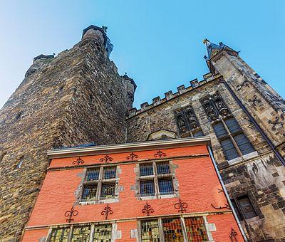 Aachener Rathaus mit Postwagen und Granusturm