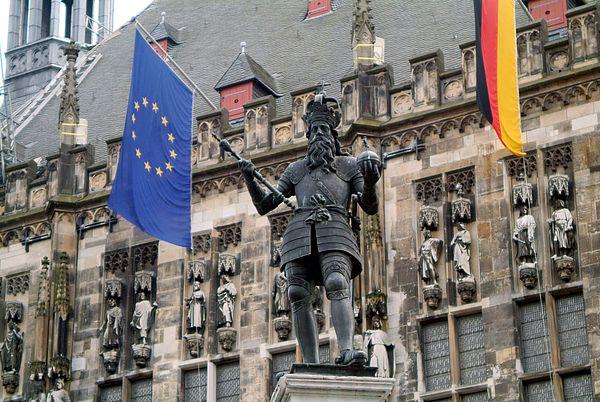 Karlsbrunnen Aachen mit_Europafahne