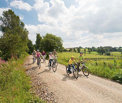 Familie auf Fahrrädern auf der Vennbahn