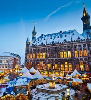 Aachener Weihnachtsmarkt Blick auf das Rathaus