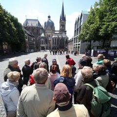 Besuchergruppe vor dem Aachener Dom