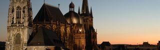 Aachener Dom bei Abenddämmerung / Im Vordergrund St. Foillan