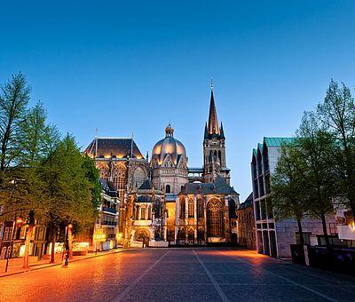 Aachener Dom bei Abenddämmerung / Blick vom Katschhof