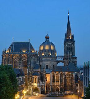 Aachener Dom bei Abenddämmerung / Blick vom Katschof