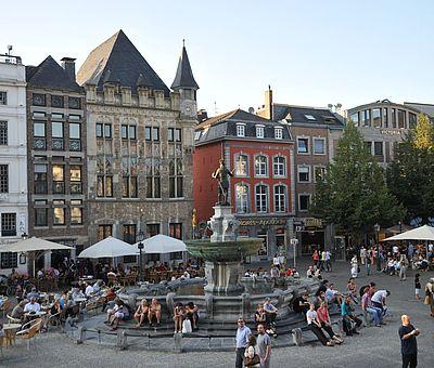 Aachener Markt im Sommer / Blick auf den Karlsbrunnen
